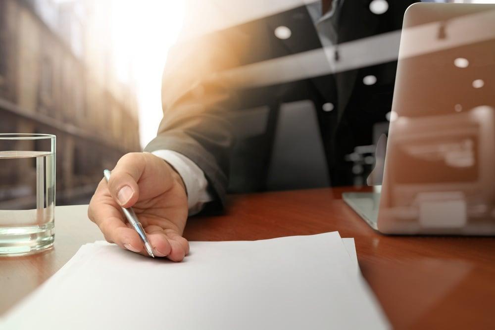 Unterlagen auf dem Schreibtisch bearbeiten