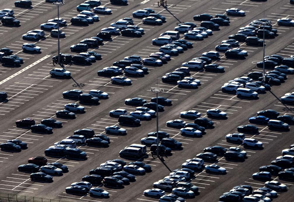 großer Parkplatz viele Fahrzeuge Firmengelände